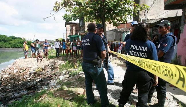Um homem foi morto a tiros no Lobato, em Salvador, no último dia 22 - Foto: Diego Mascarenhas   Ag. A TARDE