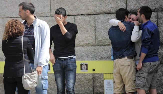 Parentes e amigos choram mortes e aguardam notícias dos feridos - Foto: Agência Reuters