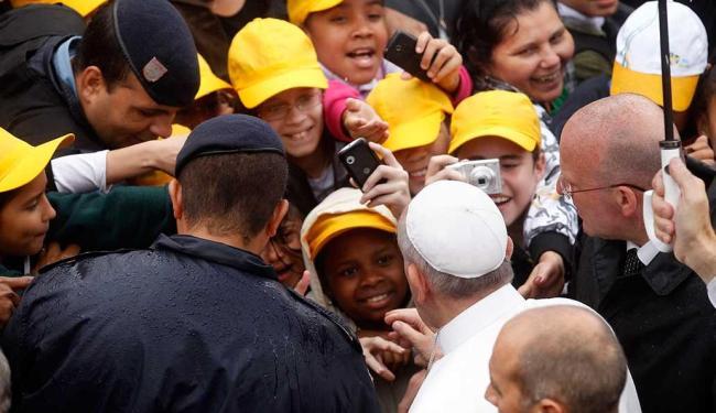 Papa cumprimenta crianças em favela no Rio - Foto: Agência Reuters
