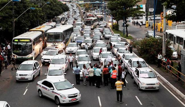Trânsito ficou bloqueado por cerca de uma hora - Foto: Eduardo Martins   Ag. A Tarde