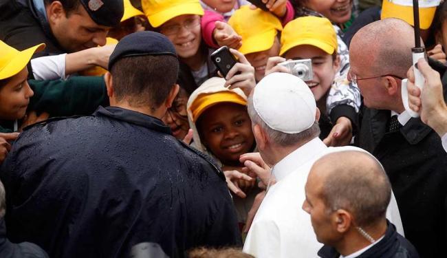 Papa cumprimentou crianças em favela no Rio de Janeiro nesta quinta-feira - Foto: Agência Reuters