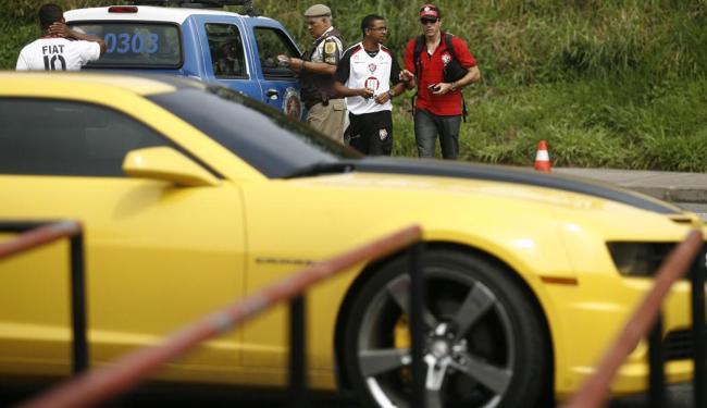 Camaro amarelo do jogador quase ficou apreendido em blitz em frente ao Barradão - Foto: Raul Spinassé   Ag. A TARDE