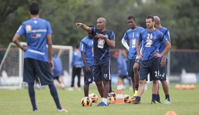 Treinador corrige posicionamento do time, com novo esquema, durante treino desta sexta - Foto: Eduardo Martins | Ag. A TARDE