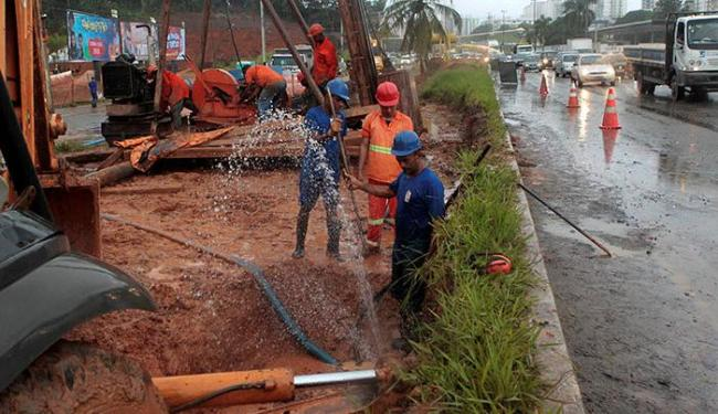 Trânsito ficou complicado por causa da água na pista - Foto: Eduardo Martins   Ag. A TARDE