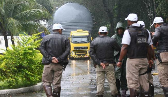 Carreta com coluna da Basf ainda não deixou a Base Naval de Aratu - Foto: Fernando Amorim | Ag. A TARDE