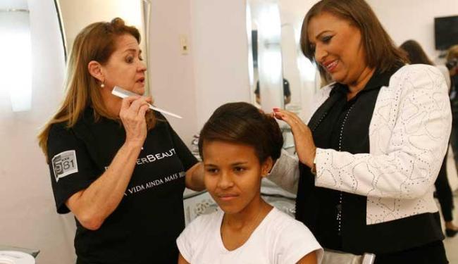 Garota testa maquiagem e penteado em um salão de beleza - Foto: Margarida Neide | Ag. A TARDE