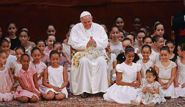 Papa se encontra com crianças durante um encontro no Teatro Municipal do Rio de Janeiro - Foto: Agência Reuters