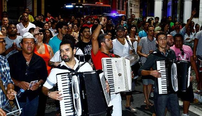 Forrozeiros arrastaram fãs pelas ruas ao som de clássicos de Dominguinhos - Foto: Fernando Vivas   Ag. A TARDE