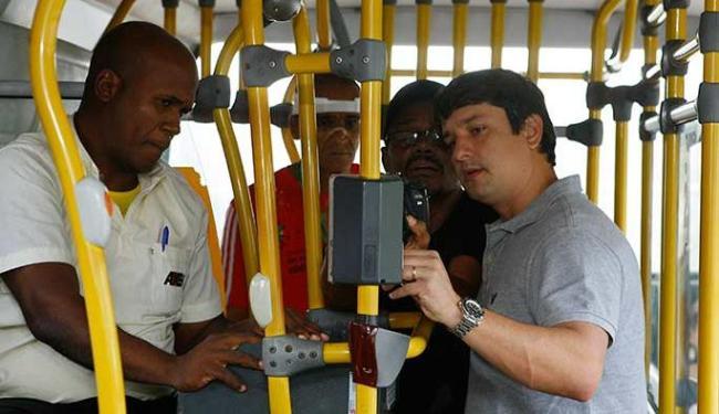 Fabrizzio Muller verifica o funcionamento do bilhete único - Foto: Marco Aurélio Martins | Ag. A TARDE