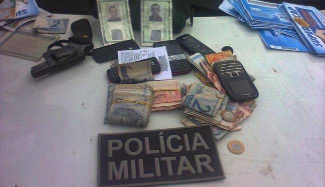 Arma, dinheiro e celulares encontrados com os assaltantes - Foto: Site Binho Locutor