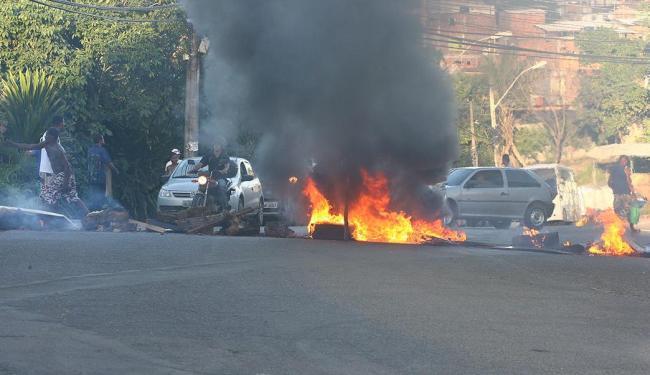 Moradores fazem protesto na ligação Estrada Velha-Mussurunga - Foto: Fernando Amorim | Ag. A TARDE