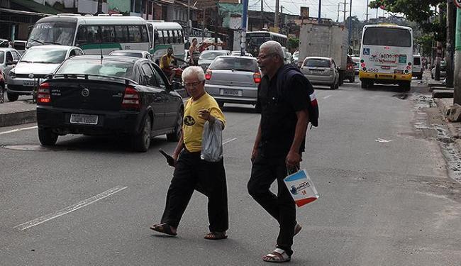 Na falta de pontes sobre a via, idosos cruzam avenida indiferentes ao risco de atropelo - Foto: Lúcio Távora | Ag. A TARDE
