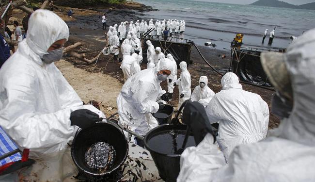 Soldados treinados em risco biológico trabalham para tentar reduzir o dano - Foto: Agência Reuters