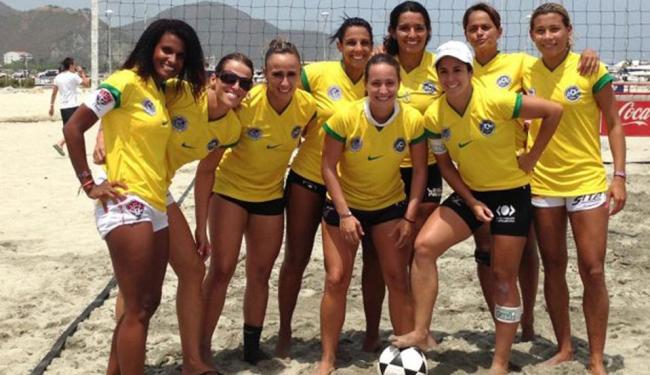Many (primeira à esquerda) comemora bom resultado com as companheiras da Seleção - Foto: Esporte Clube Vitória | Divulgação