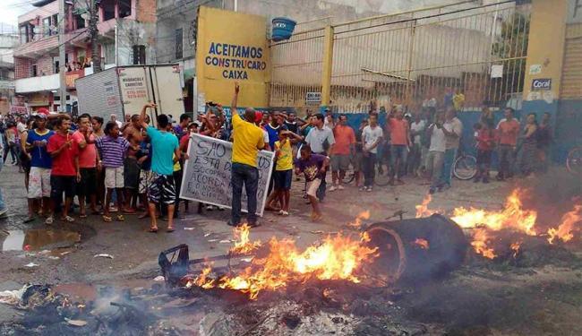 Moradores fecharam o acesso ao bairro em protesto contra a falta de infraestrutura - Foto: Edilson Lima | Ag. A TARDE