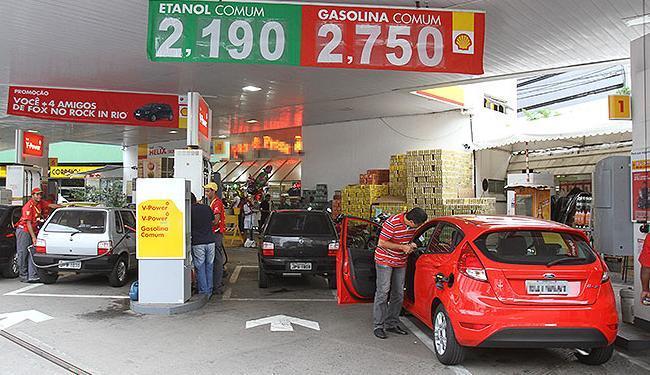 Concorrência entre postos de combustíveis fez o preço do litro da gasolina sofrer redução - Foto: Diego Mascarenhas   Ag. A TARDE