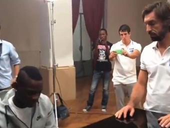 Atacante executa himo italiano sob o olhar de Pirlo - Foto: Reprodução   Youtube
