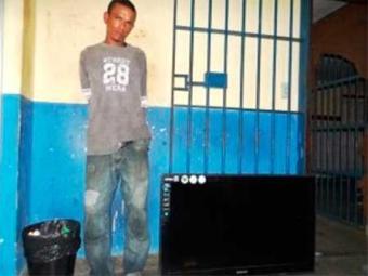 Rapaz tentava furtar TV quando foi flagrado - Foto: Reprodução | Acorda Cidade