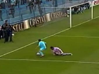 Chiquito ainda tentou parar a jogada, mas o atacante foi mais rápido - Foto: Reprodução