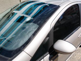 Marca da violência no para-brisa do Fiat Punto de Selma - Foto: Luciano da Matta | Ag. A TARDE