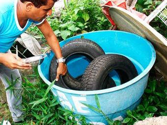 Fiscais fazem remoção de lixo e materiais que possam acumular água - Foto: Joá Souza/ Ag. A Tarde