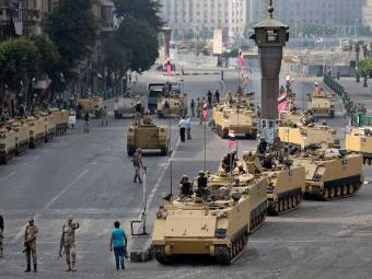 Tanques do Exército fecharam os principais acessos de Cairo - Foto: Ag. AP
