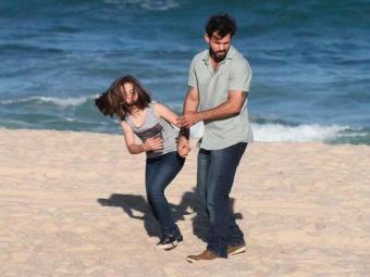 Ninho leva Paulinha à praia e ela tenta pedir socorro em um quiosque - Foto: TV Globo   Divulgação