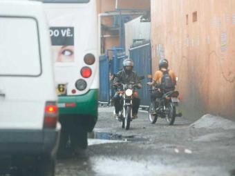 Quem transita na Rua Luiz Maria, na Baixa do Fiscal, sofre com os buracos - Foto: Marco Aurélio Martins   Ag. A TARDE