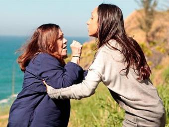 Alejandra tenta matar Ciça e a empurra do alto de um penhasco - Foto: TV Globo | Divulgação