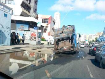 Vazamento de água criou buraco na pista - Foto: Lucivan Ferreira | Reprodução | Facebook