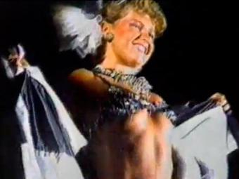 De biquíni, a rainha do baixinhos mostrou ter samba no pé - Foto: Reprodução