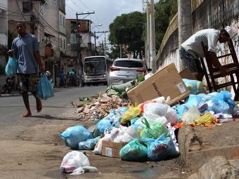 Aqui em Salvador o lixo é mais pesado. As calçadas estão sempre sujas - Foto: Lúcio Távora | Ag. A TARDE