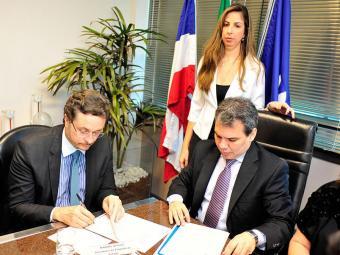 Manoel Vitório e Wellington Lima e Silva durante assinatura do termo de cooperação - Foto: Humberto Filho CECOM   MP-BA