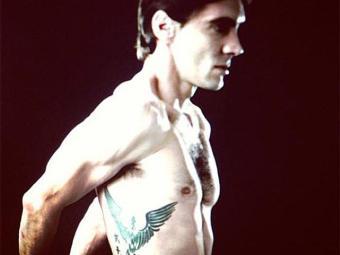 Giba também possui a imagem de uma Fênix tatuada na região das costelas - Foto: Instagram | Reprodução