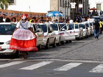 Quando utilizado por três ou mais pessoas, o taxista também pode usar bandeira dois - Foto: Claudionor Junior | Arquivo | Ag. A TARDE