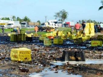 Rodovia ficou coberta de garrafas quebradas - Foto: Ed Santos | Site Acorda Cidade
