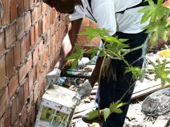 Agentes recolhem entulho que podem servir de criadouros do mosquito da dengue - Foto: Gildo Lima  Ag. A TARDE