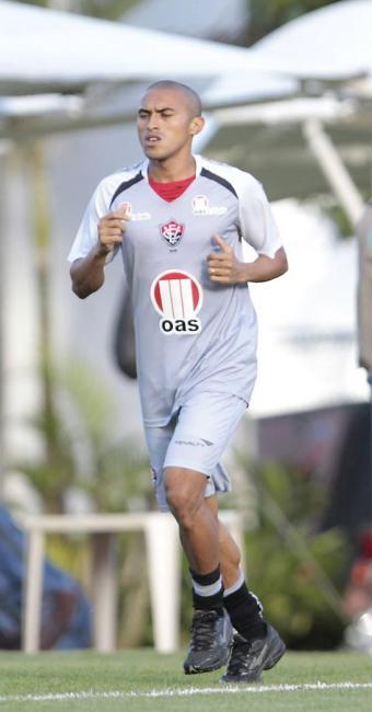 Nino Paraíba correu em volta do gramado para recuperar a forma física - Foto: Eduardo Martins | Ag. A TARDE