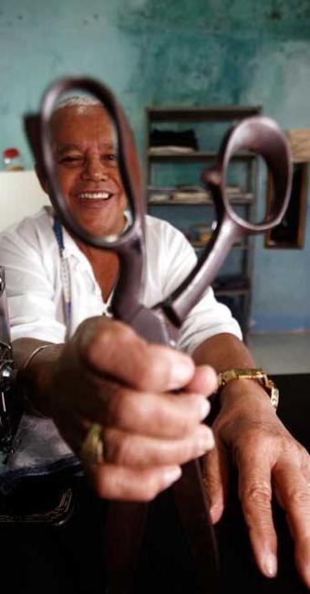 Alfaiate, costureira e sapateiro são ofícios em extinção - Foto: Luiz Tito | Ag. A TARDE