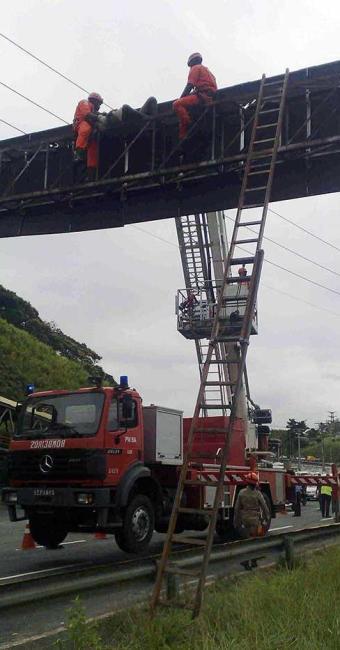 Homem é resgatado por uma equipe do Salvar - Foto: Edilson Lima   Ag. A TARDE