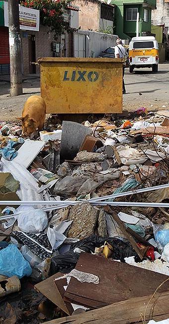 Em Campinas de Brotas, detritos são jogados em horário e local impróprios - Foto: Lúcio Távora l Ag. A TARDE