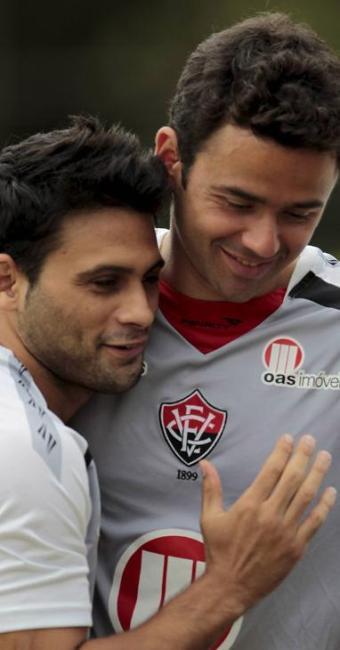 Juan ganha abraço de Maxi Biancucchi, com quem jogou junto no Fla em 2008 - Foto: Eduardo Martins | Ag. A Tarde