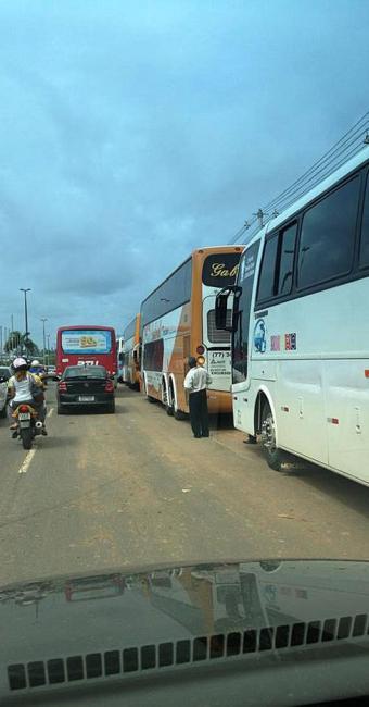Ônibus estacionados na Avenida Paralela - Foto: Nestor Muniz | Reprodução Facebook