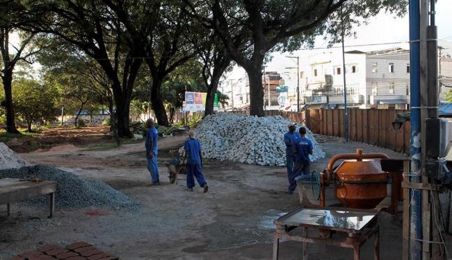 Requalificação da Praça Irmã Dulce só contava com quatro operários ontem - Foto: Eduardo Martins | Ag. A TARDE