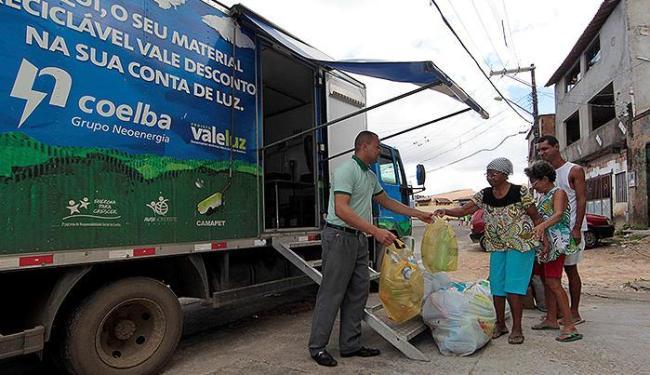 Em Sussuarana, dona Tomásia troca materiais e diz que projeto beneficia a natureza - Foto: Eduardo Martins | Ag. A TARDE