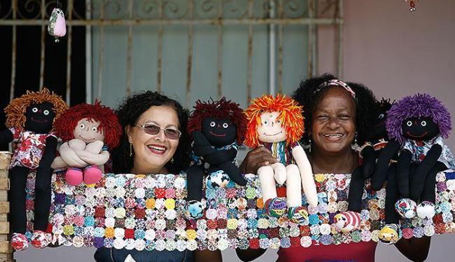 Edna (blusa rosa) e Rose vendem bonecas de pano até para Miami - Foto: Raul Spinassé | Ag. A TARDE