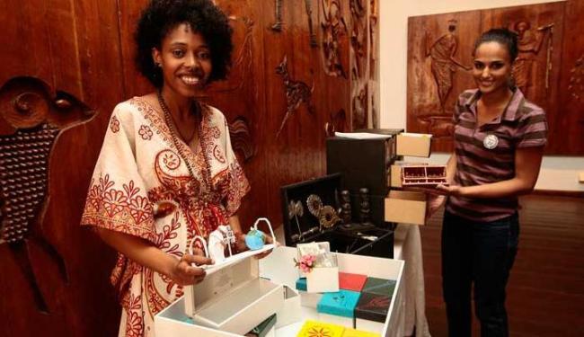 Débora Luz e Joice Oliveira mostram as caixas temáticas do projeto Sankofa - Foto: Mila Cordeiro | Ag. A TARDE