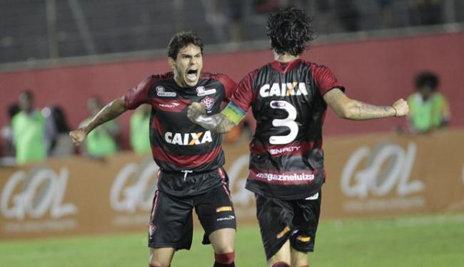 Fabrício e Victor Ramos comemoram gol, aos 40 minutos do 2º tempo, que deu a vitória sobre a Lusa - Foto: Margarida Neide | Ag. A Tarde