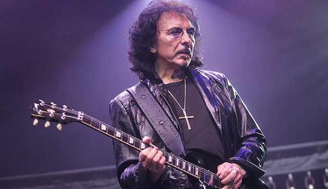 Tony Iommi perdeu as pontas dos dedos em um acidente e teve vários problemas na mão direita - Foto: José Patrício | Agência Estado