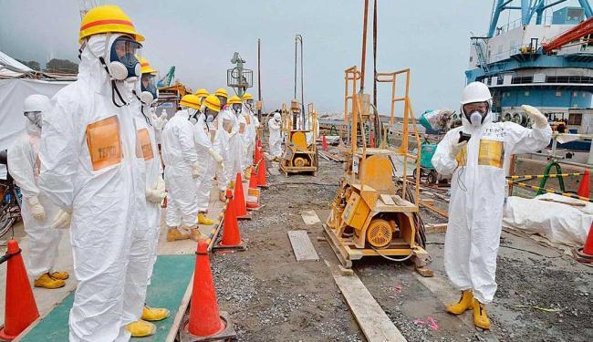 Técnicos realizam inspeção para impedir vazamento de água radioativa para o mar - Foto: Agência Reuters